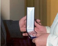 El rosario de rodocrosita que recibió el papa Francisco